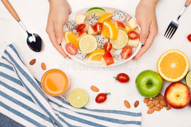 吃可口夏天热带水果和早餐 免版税库存照片