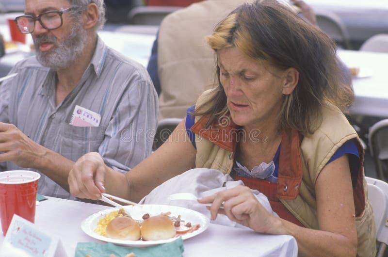 吃圣诞节正餐的妇女 免版税库存图片