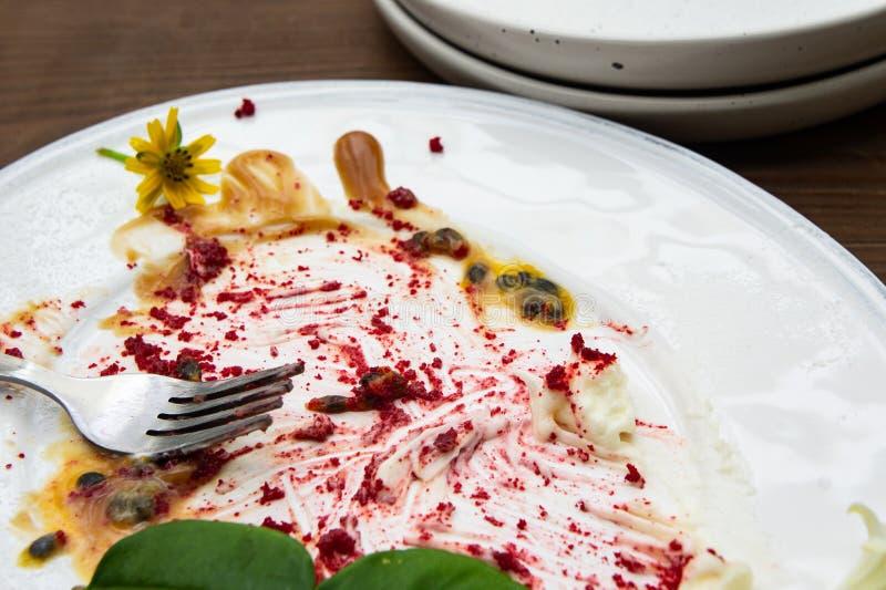 吃在所有,肮脏在白色盘 免版税库存照片