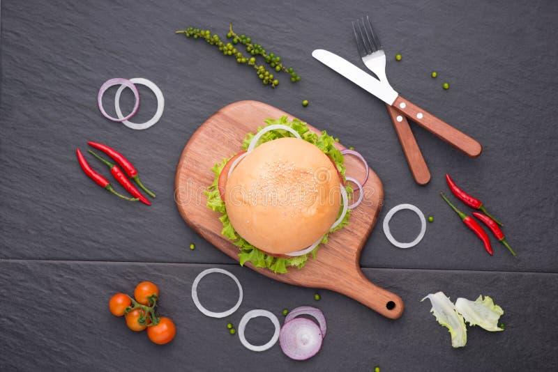 吃在桌上的可口自创汉堡 顶视图,拷贝空间, 免版税图库摄影