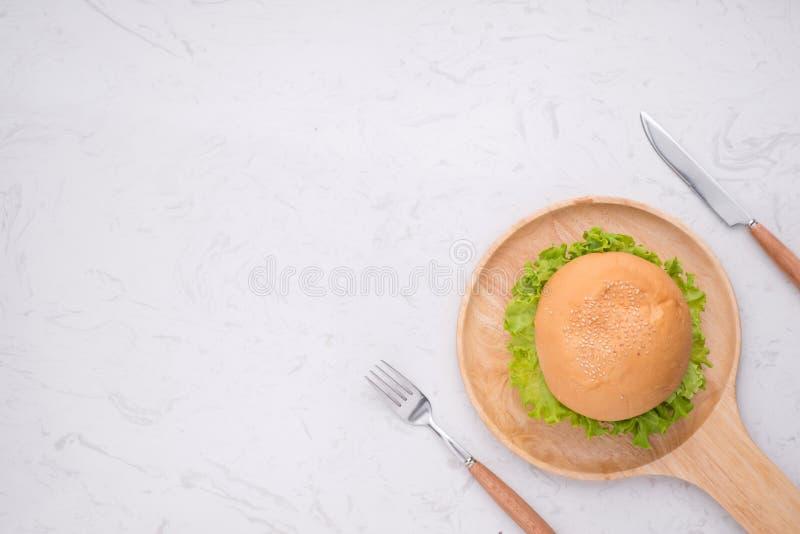 吃在桌上的可口自创汉堡 顶视图,拷贝空间, 库存图片