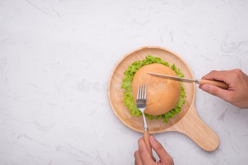 吃在桌上的可口自创汉堡 顶视图,拷贝空间, 图库摄影