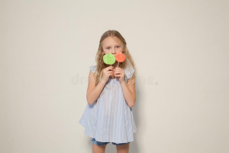吃在棍子的女孩甜糖果棒棒糖 库存图片