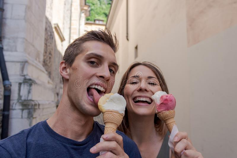 吃在胡同的年轻夫妇冰淇淋 库存图片