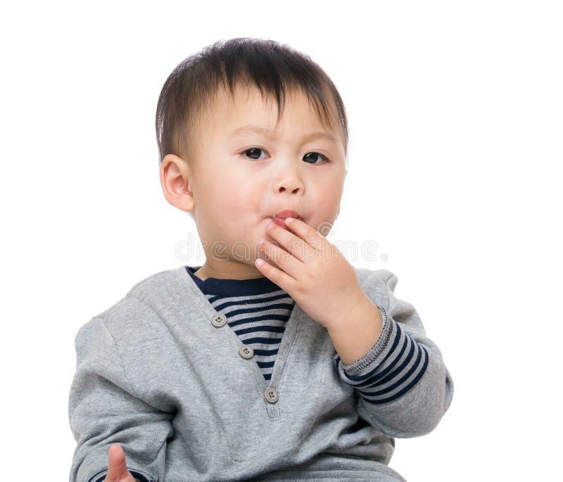 吃在薄脆饼干的孩子 免版税库存图片