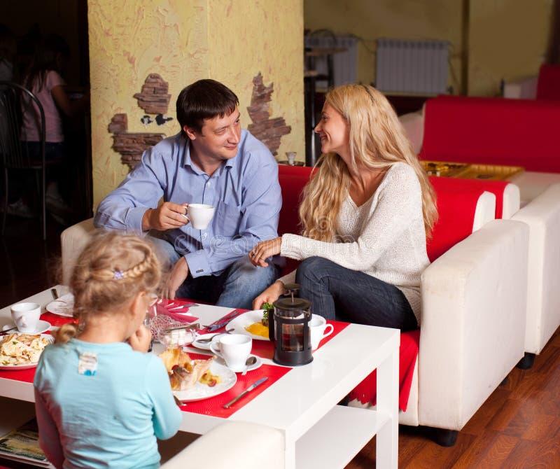 吃在餐馆的家庭 免版税图库摄影