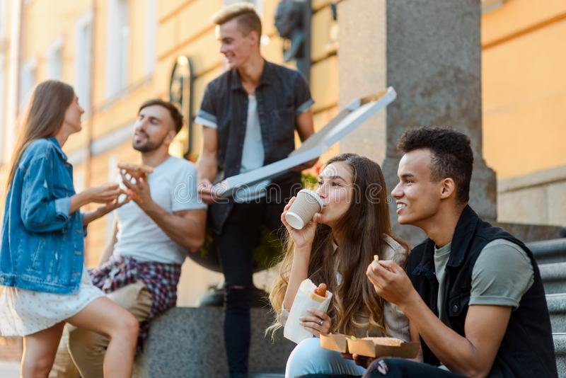 吃垃圾食品的年轻人 免版税库存图片