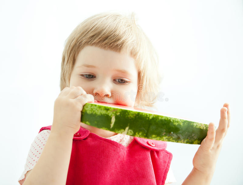 吃大片式西瓜的逗人喜爱的小女孩 图库摄影