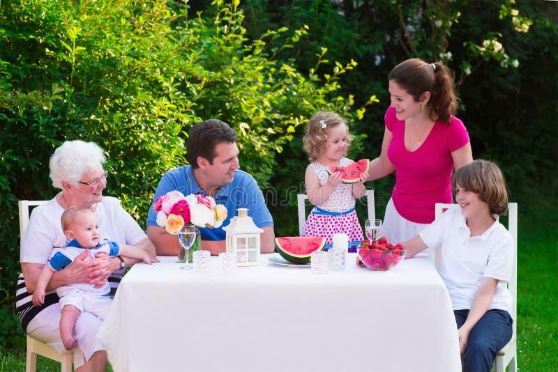 吃大的家庭午餐户外 免版税库存照片