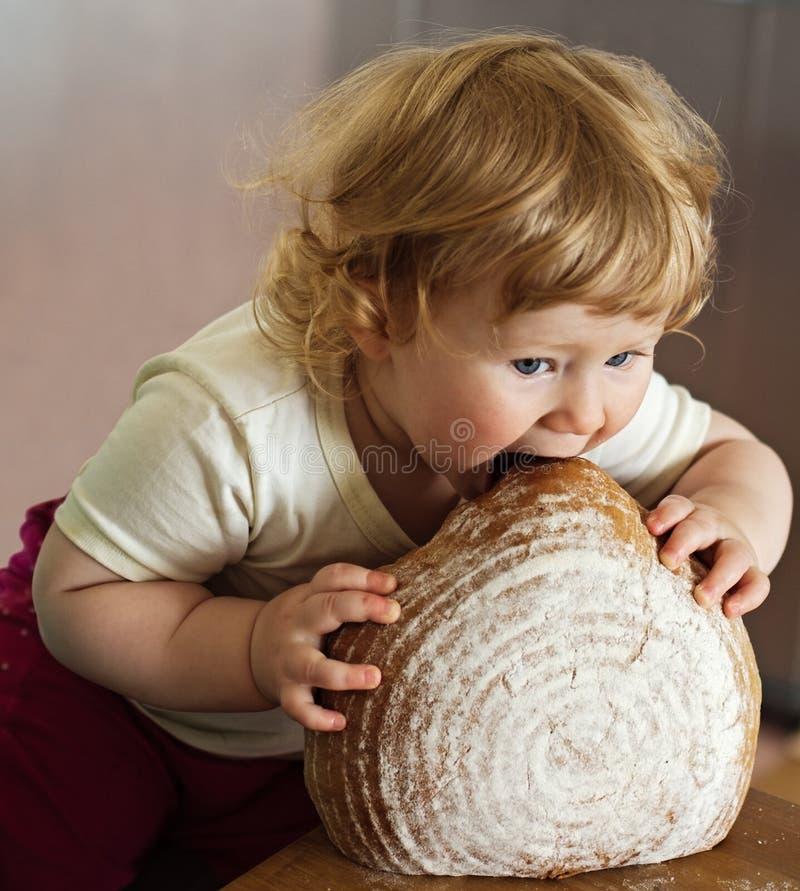 吃大面包的孩子 图库摄影