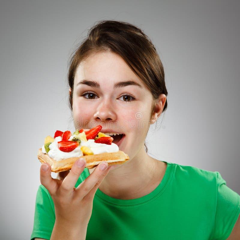 吃女孩奶蛋烘饼 免版税库存照片