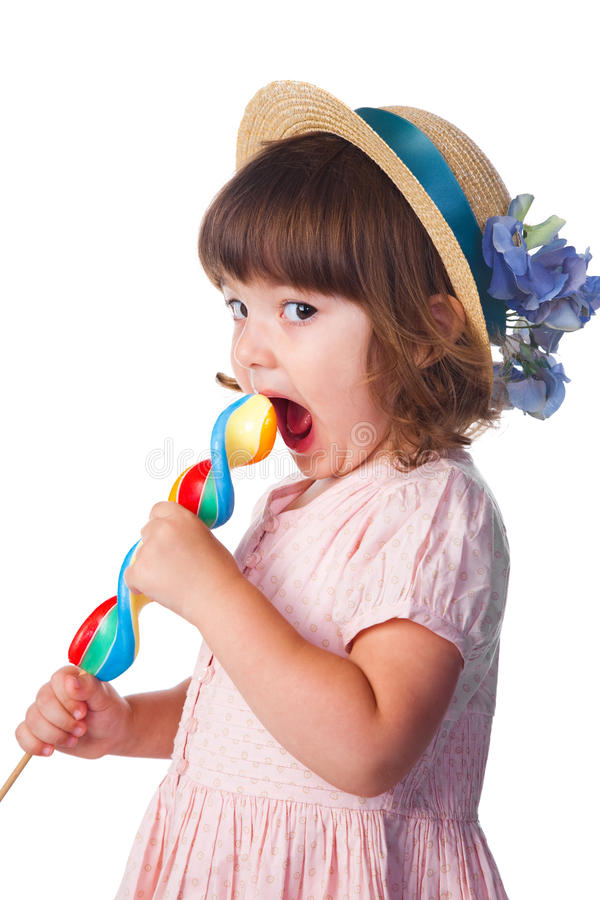 吃女孩少许棒棒糖 免版税库存图片