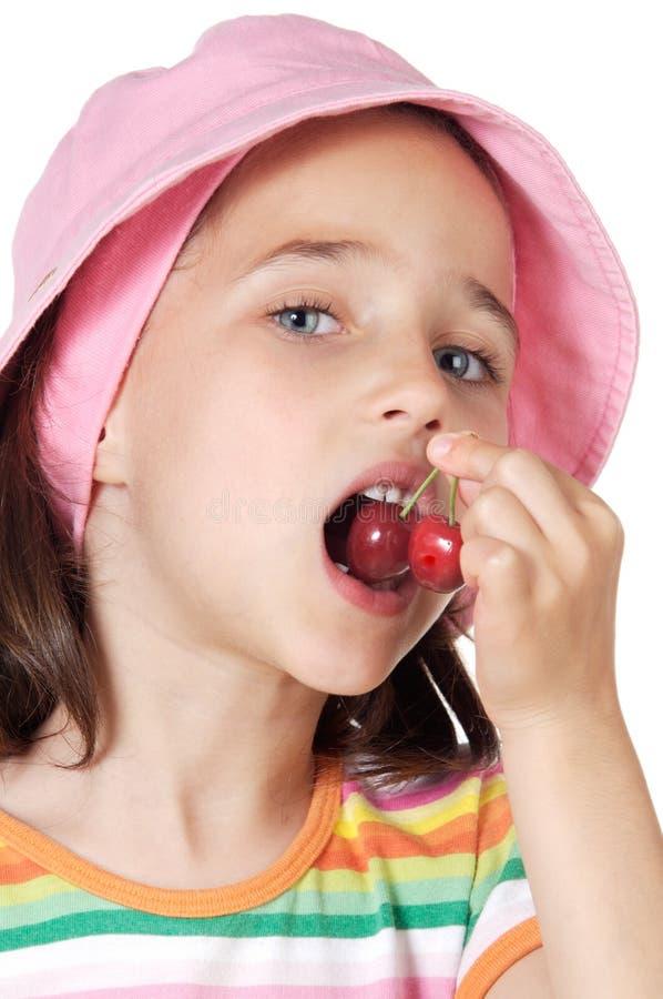 吃女孩的樱桃 免版税库存图片