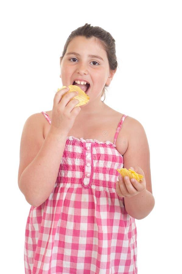 吃女孩的筹码 免版税库存图片