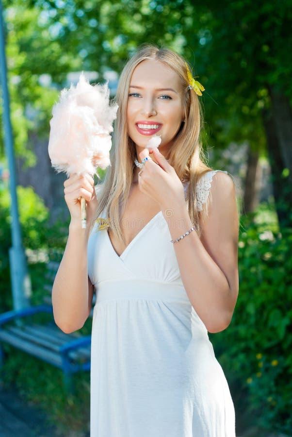 吃女孩的糖果棉花 免版税库存照片