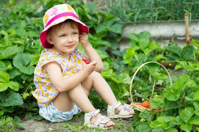 吃女孩草莓 库存照片
