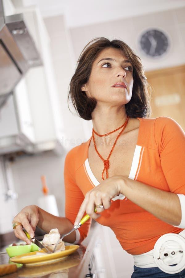 吃她的妇女的早餐 免版税库存图片