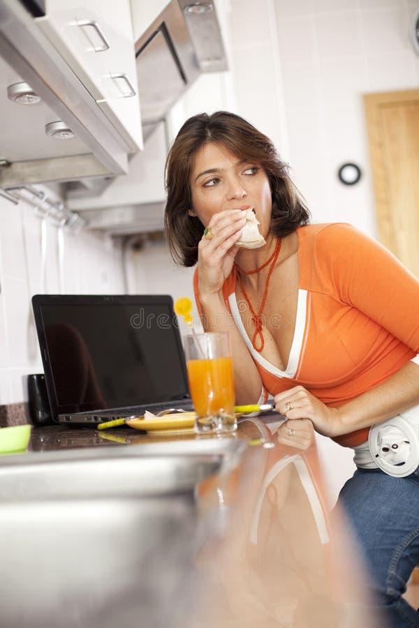 吃她的妇女的早餐 图库摄影