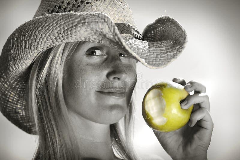 吃妇女年轻人的苹果 图库摄影