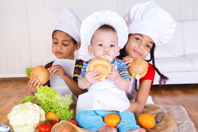 吃孩子三明治 库存照片