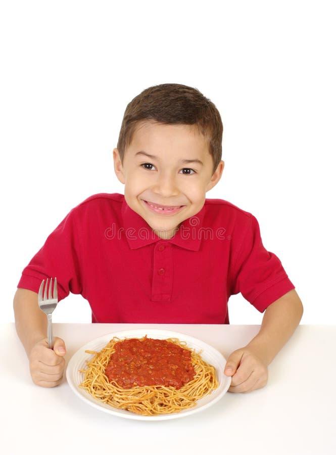 吃孩子准备好的意粉 免版税图库摄影