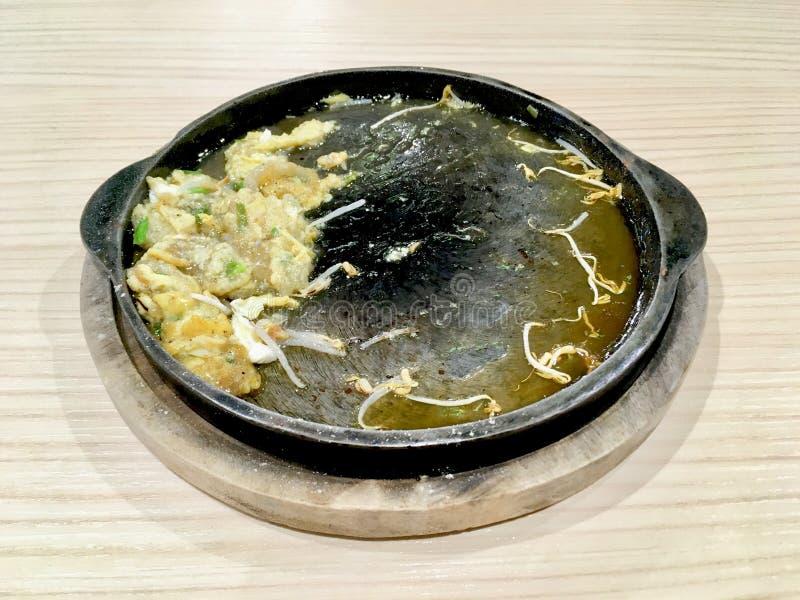 吃完与绿豆芽的混乱油煎的牡蛎 图库摄影