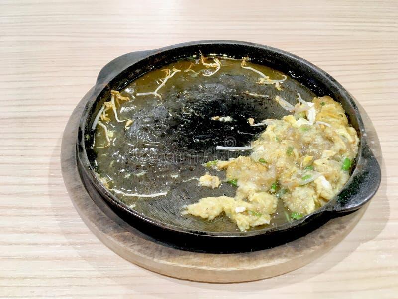 吃完与绿豆芽的混乱油煎的牡蛎 库存图片