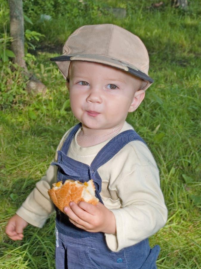 吃室外公园卷的子项 免版税库存图片