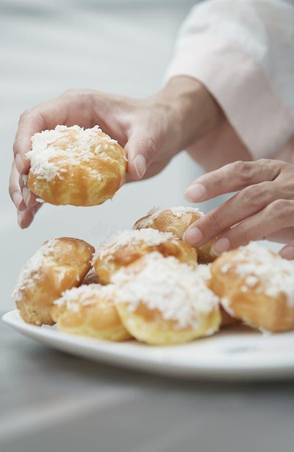 吃小饼的妇女 免版税库存照片