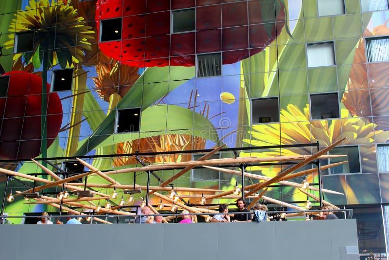 吃屋顶大阳台艺术性的绘画,Markthal市场,鹿特丹的人们 免版税库存图片