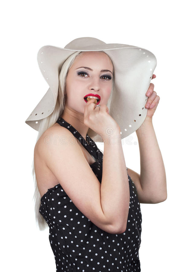 吃巧克力曲奇饼的可爱的妇女 免版税图库摄影