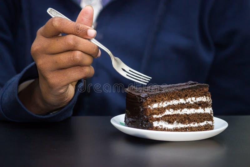 吃巧克力蛋糕 免版税库存图片