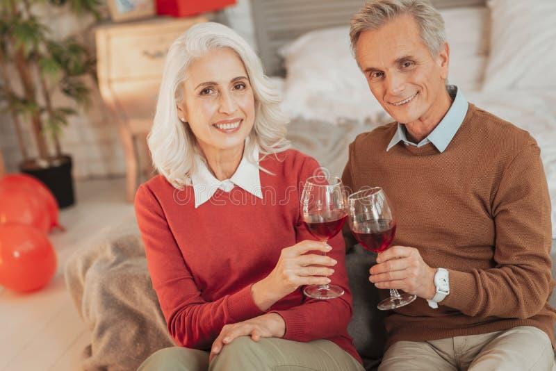 吃快乐的资深的夫妇浪漫晚餐 库存照片