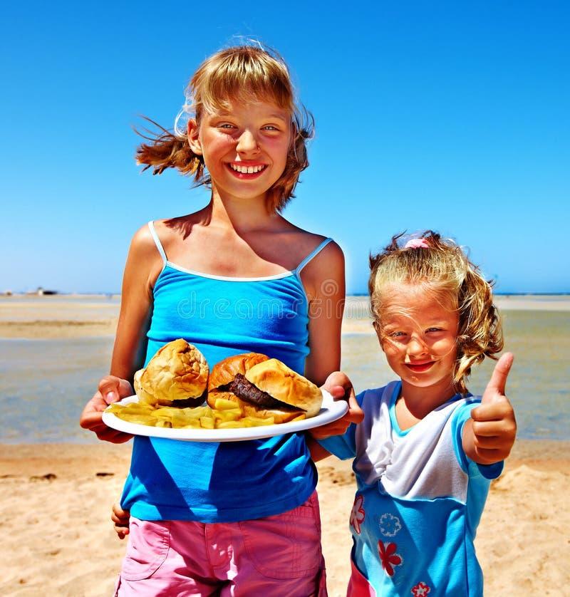 吃快餐的孩子 免版税图库摄影
