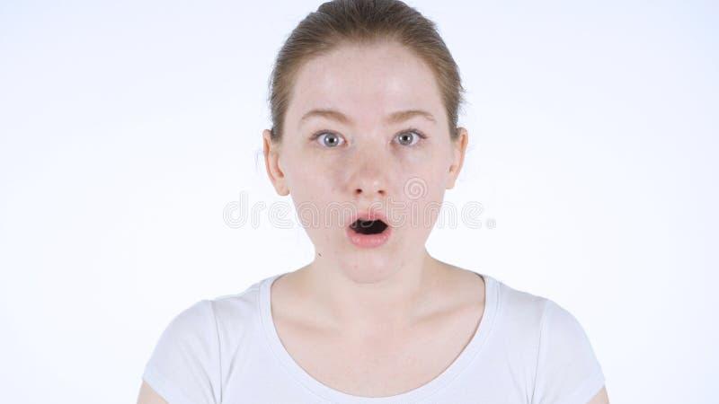 吃惊由惊奇红头发人妇女,白色背景 库存图片