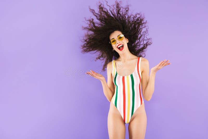吃惊的白种人妇女画象泳装和sunglasse的 免版税库存照片