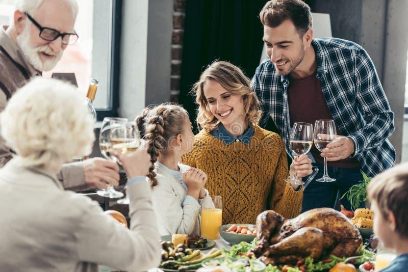 吃愉快的大家庭假日晚餐 免版税图库摄影