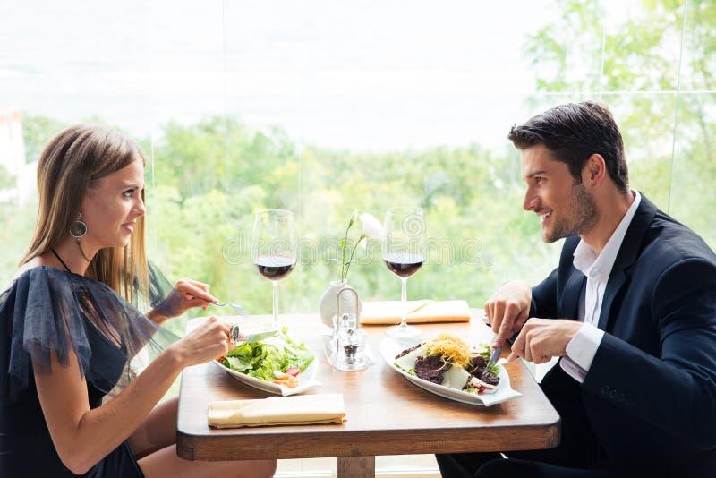 吃愉快的夫妇午餐 库存照片