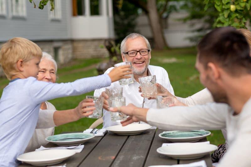 吃愉快的家庭假日晚餐户外 库存图片