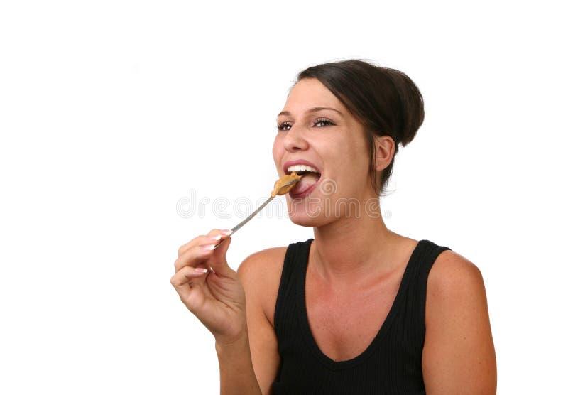 吃愉快的花生妇女 免版税库存照片