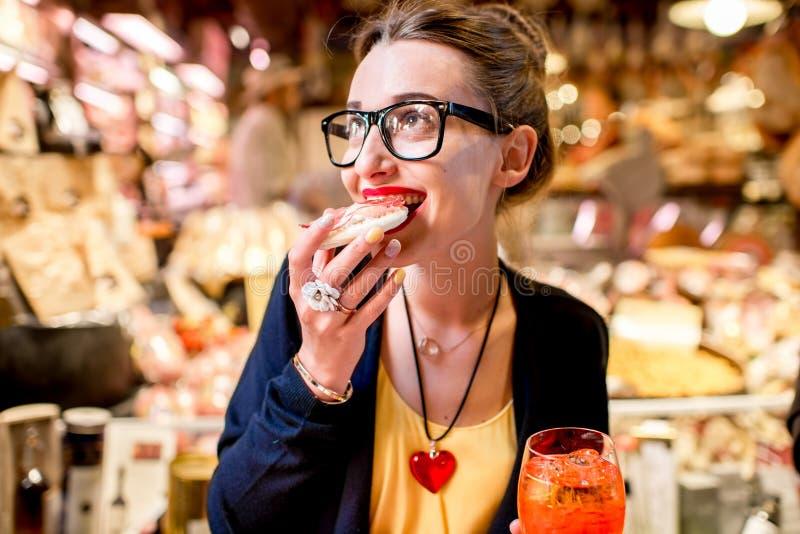 吃意大利开胃菜的妇女 免版税库存照片