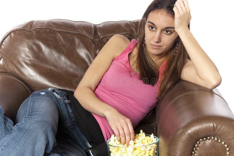 吃放松电视注意的玉米花 库存照片