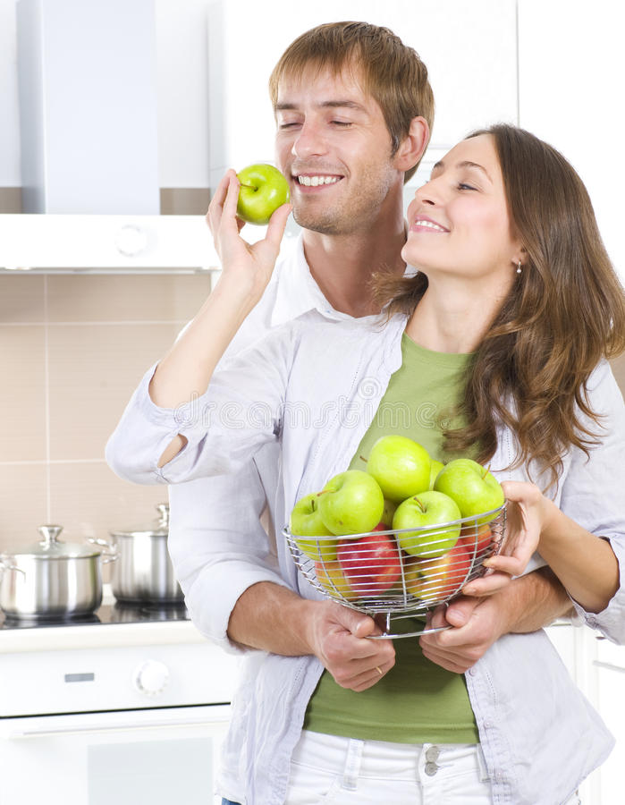吃新鲜水果的夫妇 库存照片