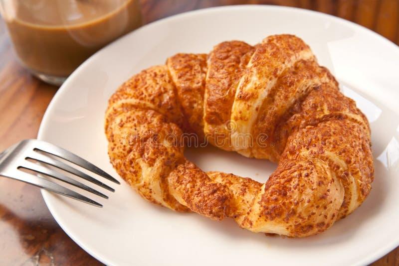 吃早餐新月形面包用咖啡的夫妇 免版税库存图片