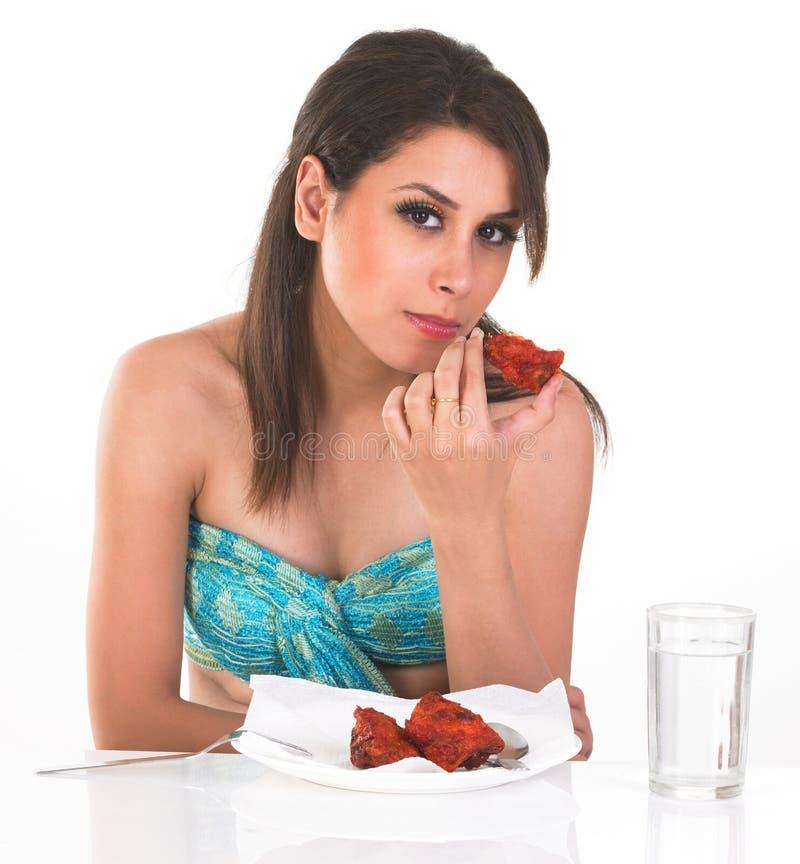 吃时兴的女孩非素食主义者 免版税库存照片