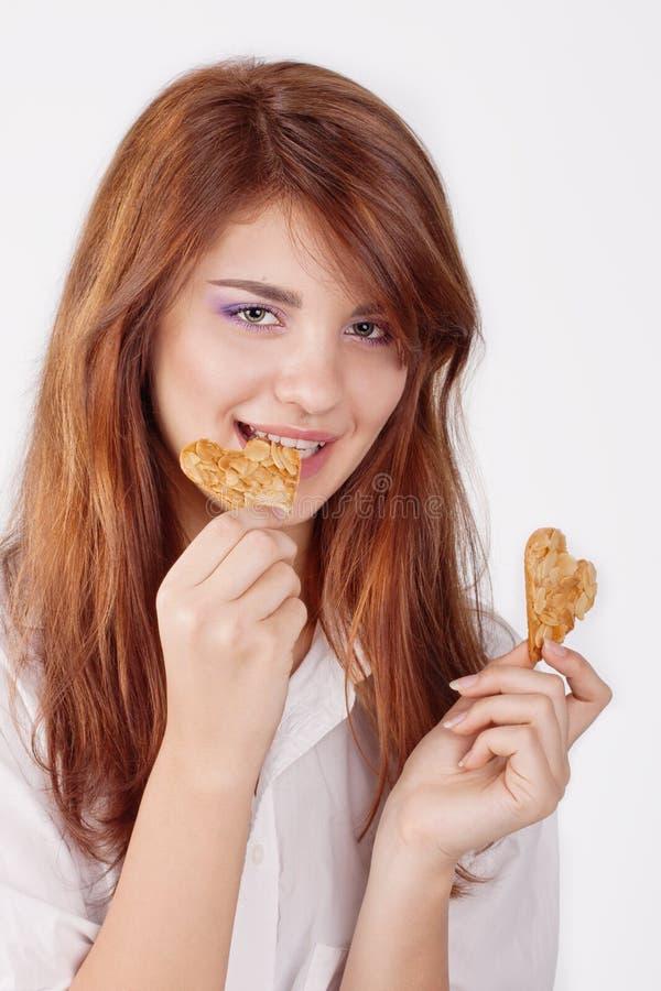 吃曲奇饼的少妇纵向 图库摄影