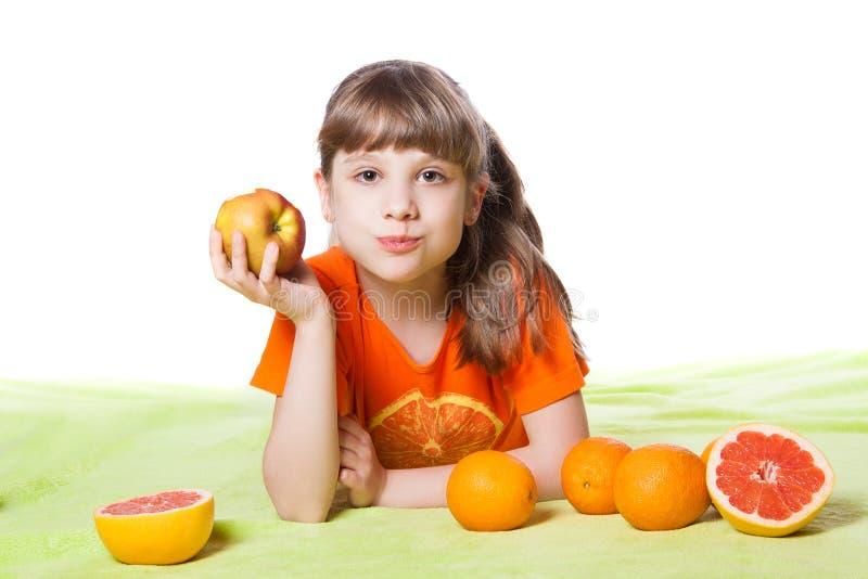 吃果子的女孩 库存照片
