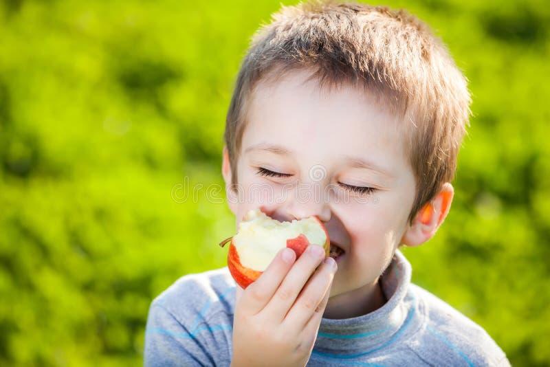 吃果子的孩子 免版税库存照片