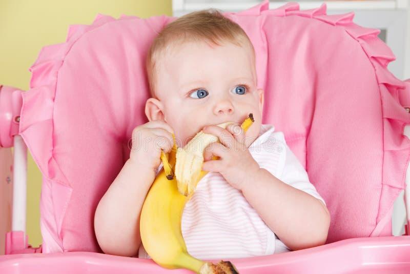 吃果子的饥饿的婴孩 图库摄影