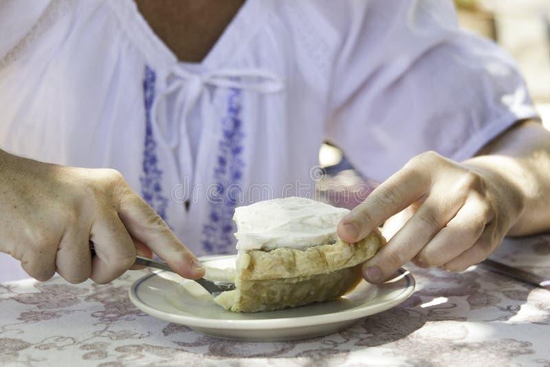 吃柠檬饼的妇女 免版税库存图片